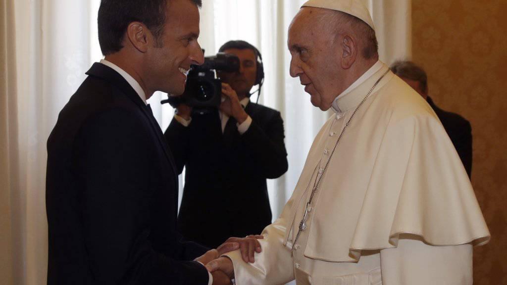 Papst Franziskus begrüsst Emmanuel Macron.