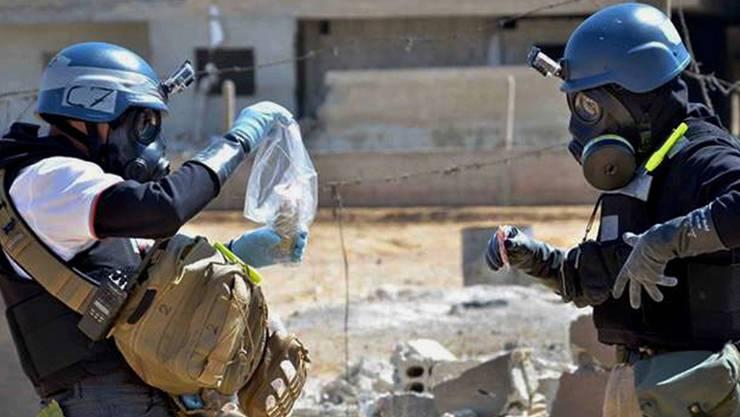 Gefährliche Arbeit: Chemiewaffen-Inspektoren nehmen Bodenproben (Archivbild).