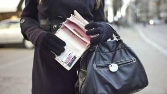 Junge Frau mit Handtasche (Symbolbild)