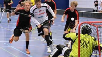 Adam Stegl (Mitte) erzielt in Unterzahl gegen Uster das 2:0 für Unihockey Mittelland.