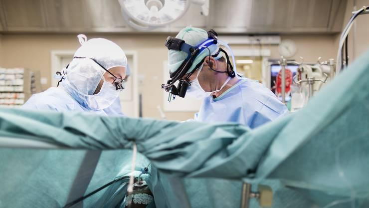 Die beiden Basel wollen ein neues Gesetz: Künftig sollen stationäre Spitaleingriffe nicht mehr abgegolten werden, wenn sie ambulant durchgeführt werden können.