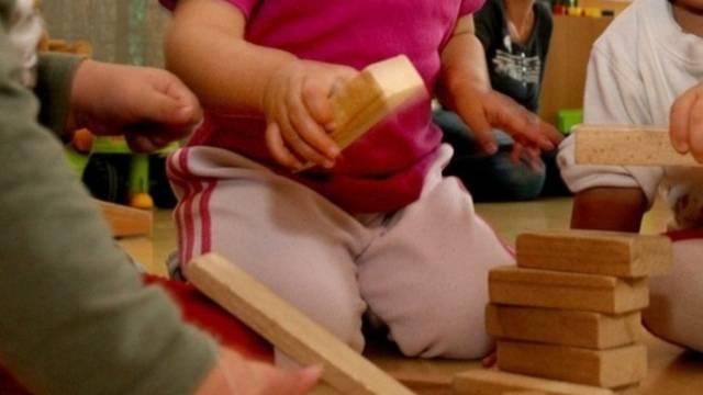 Betreuerinnen einer Neuenburger Kinderkrippe stehen unter Verdacht (Symbolbild)