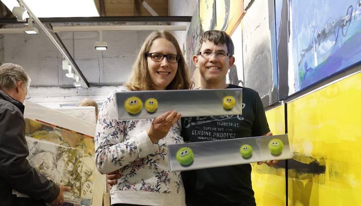Gregor und Delia Bussmann aus Balsthal suchten eigentlich ein Bild für ihre frisch renovierte Stube. Doch jetzt haben ihnen die beiden Bilder von Multimoni fürs Zimmer ihrer Kinder Mona und Nils gefallen. Sie sind hin und wieder Besucher am Kunst-Supermarkt.