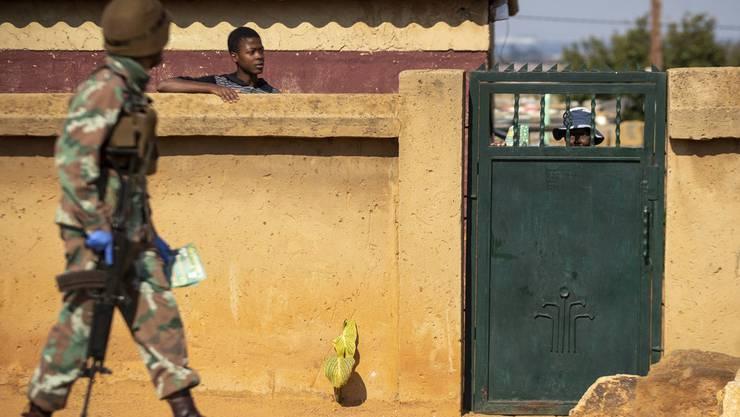 Ein Soldat patrouilliert in Soweto in Südafrika die Strassen um sicherzustellen, dass sich die Menschen an die Ausgangssperre halten.