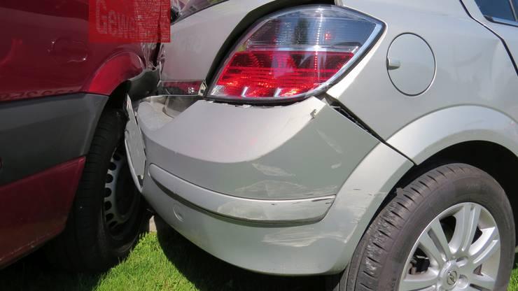 Ehrendingen AG, 27. Mai: Ein 86-jähriger Autofahrer verliert die Kontrolle über sein Auto, welches in mehrere Fahrzeuge prallt. Der Lenker erleidet eine Kopfverletzung und muss ins Spital.