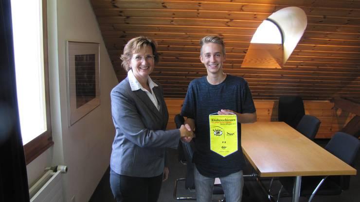 Gemeindepräsidentin Sandra Rottensteiner gratuliert Leon Goodall zum hervorragenden 3. Rang.