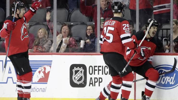 Viel Grund zum Jubeln: Mirco Müller (Nummer 25) feiert ein Tor der New Jersey Devils