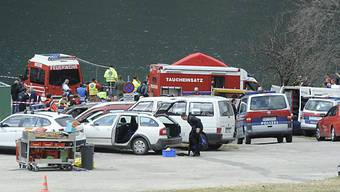 Feuerwehr und Polizei sichern am Achensee bei Achenkirch nach einem Helikopterabsturz das Ufer