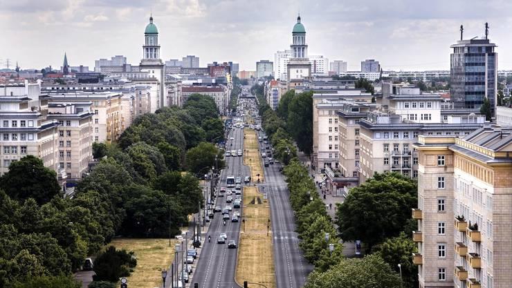 Karl-Marx-Allee in Berlin: Hier will der Staat künftig Wohnungen privater Immobilienfirmen aufkaufen.