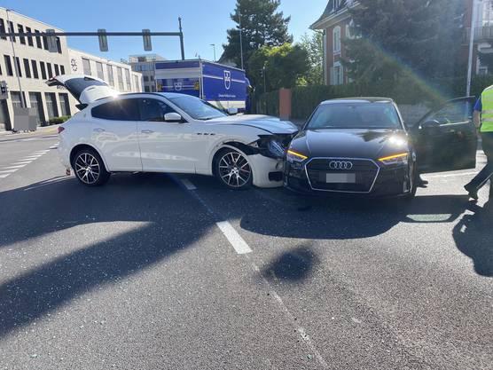 Suhr, 25. Mai: Eine Maserati-Fahrerin hatte das Rotlicht missachtet und verursachte so eine Kollision mit dem Auto einer anderen Fahrerin. Eine Frau und ihr Kind (3) wurden leicht verletzt.