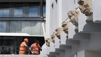 Jetzt speien sie kein Wasser mehr: Oskar A. Kiefers Sandsteinfratzen zieren das frisch renovierte Haus zum Glas. Alex Spichale