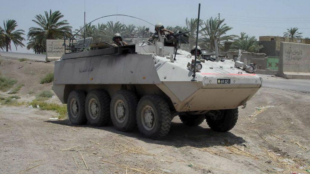 Dänische Soldaten in ihrem Mowag-Piranha-Radpanzer 2006 auf Patrouille im irakischen Basra. Ein Radpanzer kann sowohl für defensive als auch für offensive Aufgaben eingesetzt werden. (Archiv)