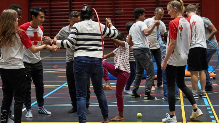 190 Freiwillige des Aargauer Jugendrotkreuzes unterstützen benachteiligte Menschen und fördern die soziale Integration von Menschen im Kanton Aargau.