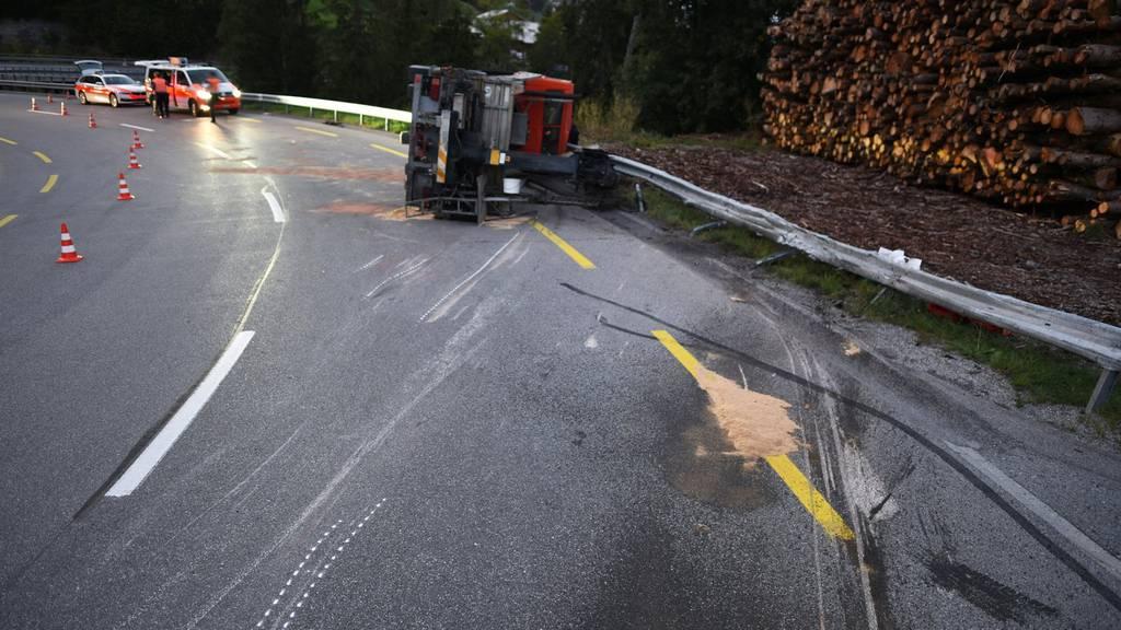 Der Chauffeur des Lastwagens ist beim Selbstunfall verstorben.