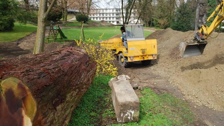 Mitarbeitende der Pflegi Muri bringen im Park die Kofferung des neuen Rundwegs ein. (es)