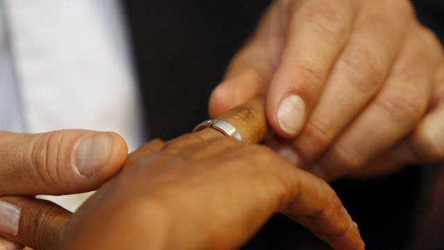 Verheiratete haben die besseren Überlebenschancen nach einer Herz-OP (Symbolbild)