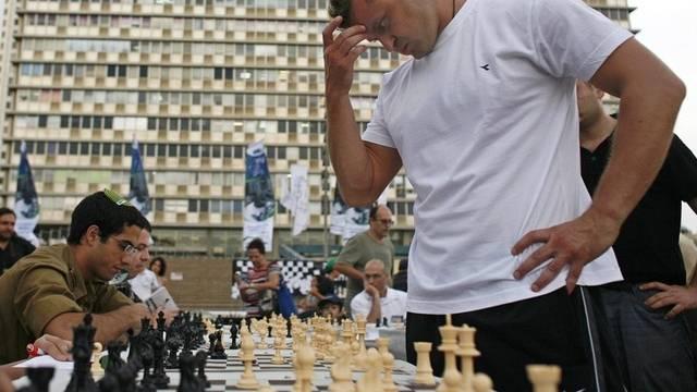 Alik Gershon spielt gleichzeitig gegen 523 Gegner Schach