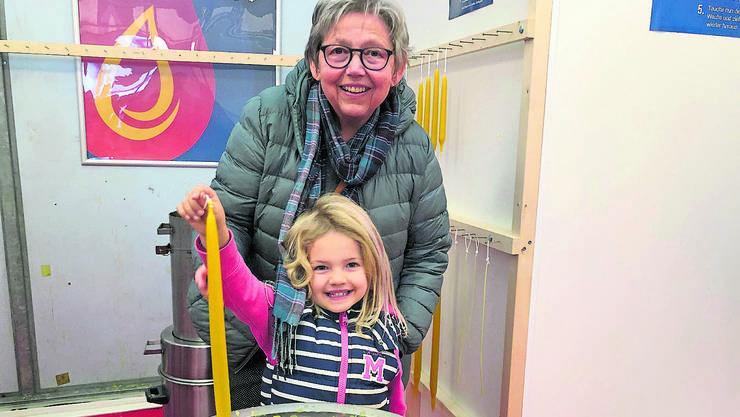 Yael Ammann zusammen mit ihrer Oma Esther Ammann beim Kerzenziehen.