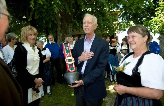 Chesley Sullenberger und Ehrfrau Lorrie danken Wynigens Gemeindepräsident Peter Heiniger (ganz links) und dessen Frau Christine für das Andenken an den Besuch auf dem Oberbühlchnubel.