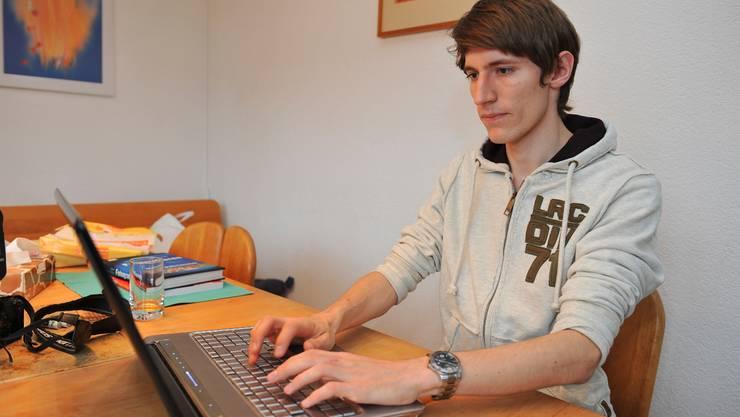 Sebastian Regez nimmt per E-Mail und Facebook Kontakt zu Freunden und Bekannten auf.  Oliver Menge Sebastian Regez nimmt per E-Mail und Facebook Kontakt zu Freunden und Bekannten auf.  Oliver Menge