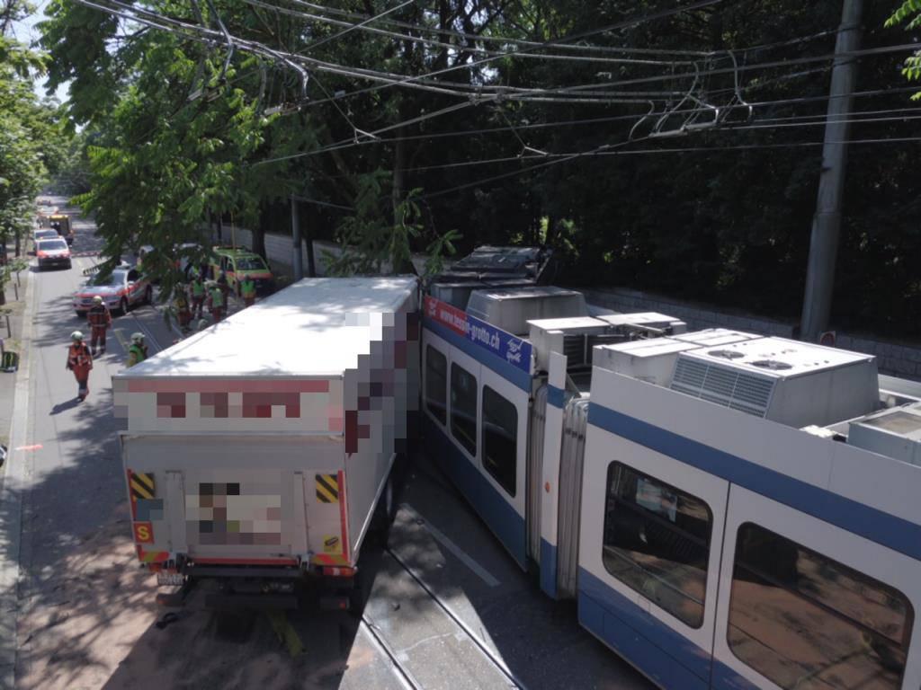 Stapo ZH (© Ein Lastwagen ist in Zürich in ein Tram gefahren.)
