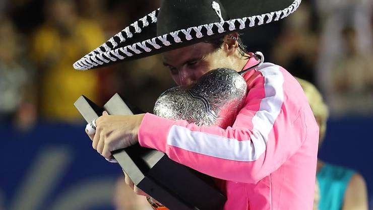 Rafael Nadal feiert in Acapulco mit Sombrero und Pokal