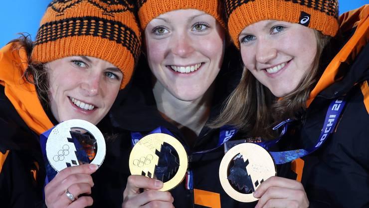Olympiasiegerin Jorien ter Mors (Mitte) mit Ireen Wust (links) und Bronze-Gewinnerin Lotte van Beek