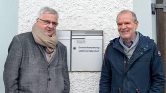 Hansruedi Wüthrich (links) und Hans-Peter Liechti vor dem einzigen im Dorf sichtbaren Symbol der Fusion, dem Briefkasten der Gemeindeverwaltung.