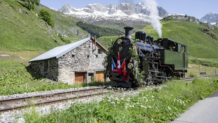 Die Lok HG 4/4 Nummer 704 bei ihrer ersten offiziellen Fahrt auf der Furka-Bergstrecke in Realp.