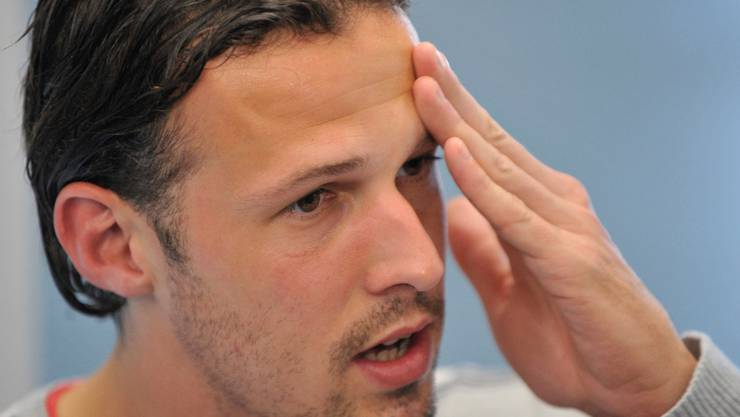 ACHTUNG REDAKTIONEN ? ZUR VERLETZUNGSBEDINGTEN NICHT-TEILNAHME VON NATIONALSPIELER MARCO STRELLER AN DER WM 2010 IN SUEDAFRIKA STELLEN WIR IHNEN FOLGENDES ARCHIVBILD ZUR VERFUEGUNG --- Der Spieler des FC Basel Marco Streller spricht an einer Medienkonferenz, nachdem die Nominierung des Kaders fuer die Fussball-Weltmeisterschaft bekannt gegeben wurde im Medienzentrum des FC Basel in Basel am Dienstag, 11. Mai 2010. (KEYSTONE/Georgios Kefalas)