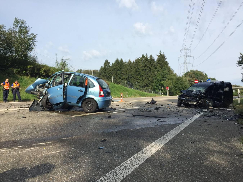 Der hellblaue Citoen-Kleinwagen und ei dunkelblauer Transportwagen sind vollständig zerstört. ©kapo