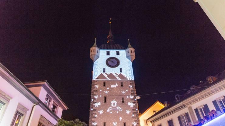 Zu viele Leute auf dem Schlossbergplatz? Zur Sicherheit wird die Beleuchtung des Turms abgeschaltet.