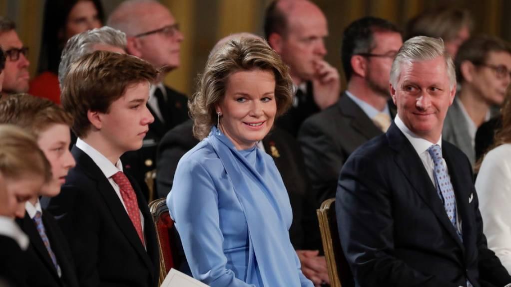 Königin Mathilde von Belgien (Mitte) engagiert sich für vermisste und sexuell ausgebeutete Kinder und macht sich besonders gegen Cyber-Mobbing stark. Dafür ehrt sie nun der deutsche Burda-Verlag mit dem Medienpreis Bambi in der Kategorie Charitiy. (Archivbild
