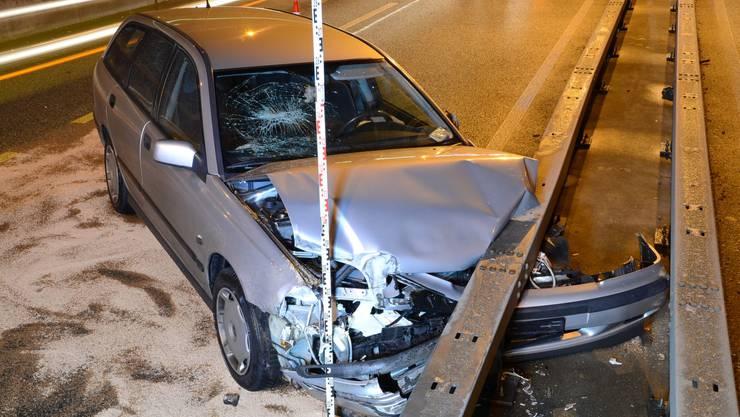 Das Unfallfahrzeug kam schliesslich an der Leitplanke zu stehen.