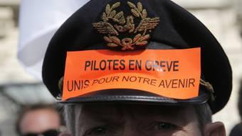 Die Piloten verlangen unter anderem Beschäftigungszusagen und protestieren gegen eine Senkung ihrer Zulagen. (Archivbild)