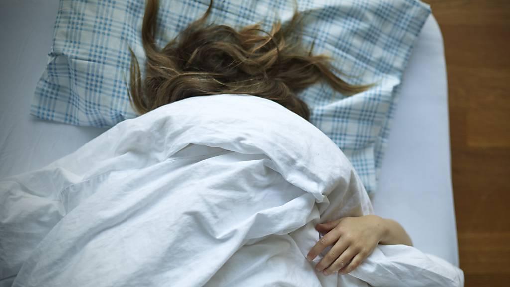 Oftmals wünscht man sich, tief und fest zu schlafen. Doch allein durch Wille lässt sich eine erholsame Nacht nicht erzwingen, wie eine neue Studie zeigt.