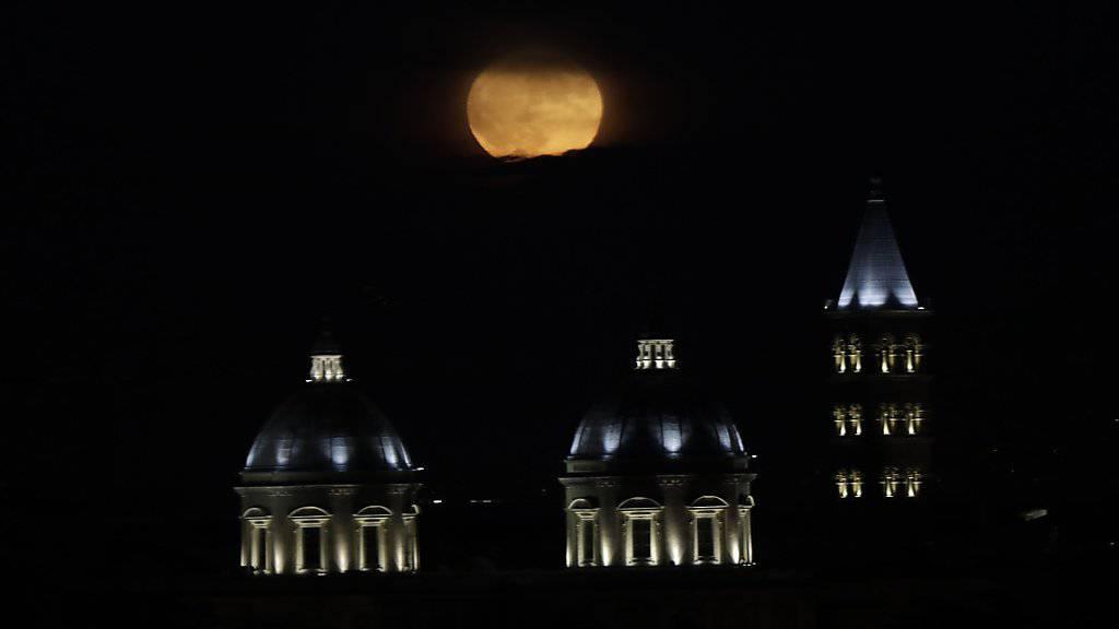 Mondaufgang über der Papstbasilika Santa Maria Maggiore, wo sich der Angriff ereignet hat (Archiv)