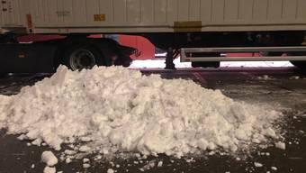 Im Bild: Rund 320 Kilogramm Schnee von den insgesamt 640 Kilogramm, die auf dem Lastwagen waren.