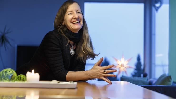 Jahrelang hat sie mit verschiedenen Essstörungen gekämpft. Heute ist sie gesund und begleitet andere Betroffene: Heidi Schenker bei sich zu Hause in Oberdorf.