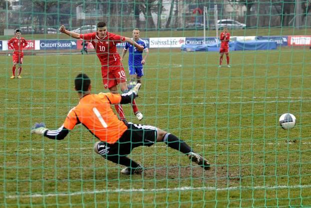 Der Schweizer Anto Grgic setzt einen Penalty um. Israels Goalie Raz Rahamim hat das Nachsehen.