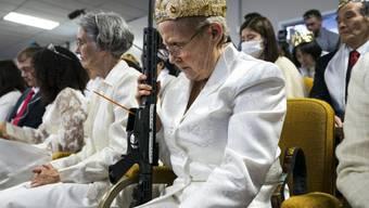 Frau mit Schnellfeuergewehr in einer Kirche in der US-Kleinstadt Newfoundland.