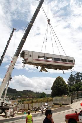 Aufräumungsarbeiten nach schwerem Zugsunglück in der Nhähe von Santiago de Compostela.