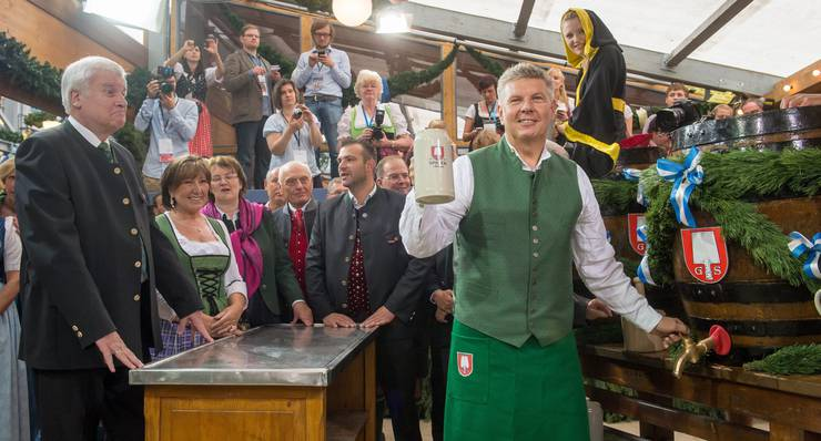 Münchens Oberbürgermeister Dieter Reiter mit dem ersten Mass Bier.