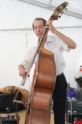 Bassist Hansjörg Schaltenbrand von den «Blue Birds of Paradise» begleitet markant und temposicher.