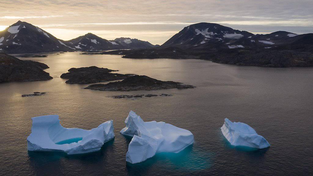 Eisberge im Wasser bei Kulusuk in Grönland. (Archivbild)