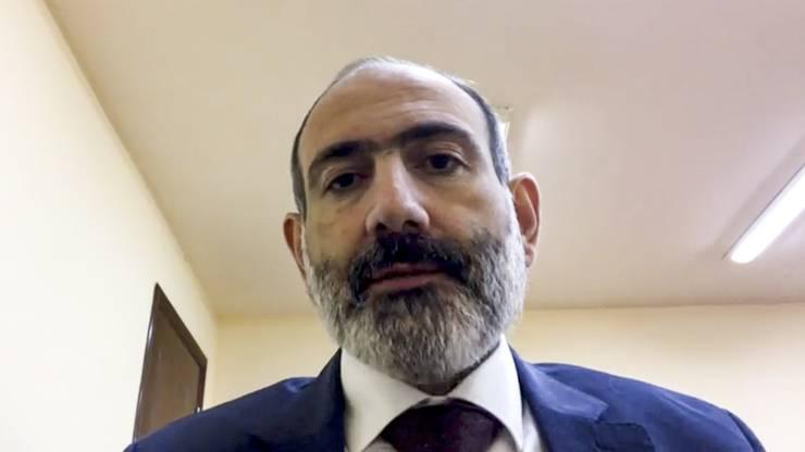 Armeniens Premierminister Nikol Pashinjan spricht per Videobotschaft zum Volk.