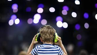 Viele Menschen sind sich zwar der schädlichen Wirkung von lauter Musik auf das Gehör bewusst, tragen aber trotzdem bei einem Club- oder Konzertbesuch keinen Gehörschutz. (Archivbild)