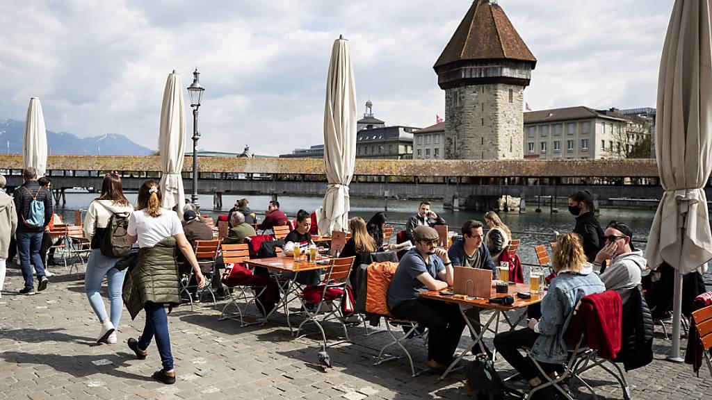 Auf der Terrasse eines Restaurants an der Reuss in Luzern. Die Öffnung der Aussenbereiche ist in der Gastronomie seit Montag wieder erlaubt.