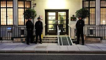 Polizisten stehen vor dem King Edward VII Hospital in London, in dem Herzogin Kate behandelt worden ist
