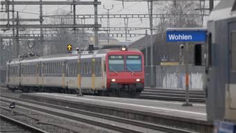 Regionalzug bei der Einfahrt in den Bahnhof Wohlen. archiv/az
